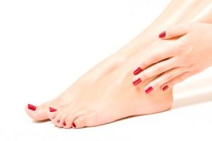 Pieds et mains avec vernis rouge, beauté des pieds et des mains