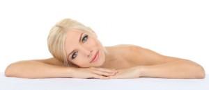 Femme blonde maquillage parfait cil sourcils